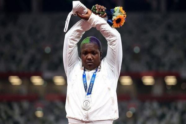 أولمبياد طوكيو: الأمريكية رايفن سوندرس تحتج علي منصة التتويج