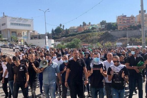 تظاهرة في أم الفحم تنديدا بانتشار الجريمة وتواطؤ الشرطة الإسرائيلية